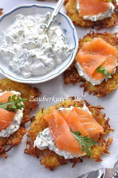 potato pancakes with salmon - Crunchy potato pancakes with salmon -Crunchy potato pancakes with salmon - Crunchy potato pancakes with salmon - Knusprige Kartoffelpuffer mit Lachs Mehr Placki ziemniaczane z łososiem Knusprige Kar. Vegetarian Recipes, Cooking Recipes, Healthy Recipes, Snacks Recipes, Drink Recipes, Brunch Recipes, Appetizer Recipes, Think Food, Potato Pancakes