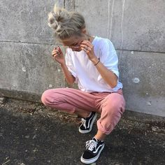 Urban outfit Large oversized white tee, pink pants with black/white Vans. Casual look, sporty chic. Tumblr Outfits, Mode Outfits, Fashion Outfits, School Outfits, Sneakers Fashion, Vans Sneakers, Casual Sneakers, Tumblr Clothes, Chic Outfits