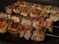 Das perfekte Souvlaki - Griechische Fleischspiesse-Rezept mit einfacher Schritt-für-Schritt-Anleitung: Das Schweinefleisch in ca. 2,5 x 2,5-cm-groß