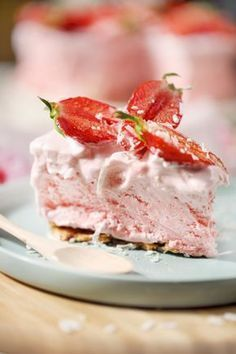 """Gâteau """"nuage"""" glacé aux fraises – chefNini This big cake took me 15 minutes to do! This is an incredible recipe from Annabel Langbeim. This """"cloud"""" cake is served frozen but its texture is not cel Big Cakes, Food Cakes, Köstliche Desserts, Frozen Desserts, Cream Cake, Ice Cream, Wine Flavors, Frozen Rose, Cake Recipes"""