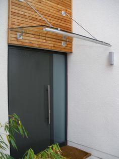 Edelstahlvordach Barcelona - Ein Echtglas-Vordach mit Edelstahlzugstangen. Die Wandhalter sind in verschiedenen Formen lieferbar.