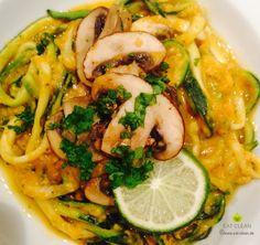 EAT-CLEAN Zucchini Pasta mit Süßkartoffel-Kokos-Sauce und Pilzen | EAT CLEAN