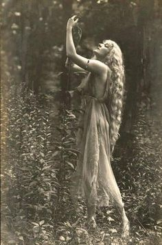 "by Rebecca Farrar of Wild Witch of the West If there were a ""Sexiest Season"" award, then it would definitely go to spring, mostly thanks to Beltane. Beltane com Vintage Pictures, Old Pictures, Vintage Images, Old Photos, Beltane, Foto Art, Vintage Photographs, Vintage Beauty, Vintage Glamour"