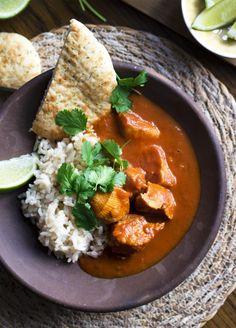 Indisk butter chicken er en elsket klassiker, og her er en hurtig og nem udgave, som jeg lover smager af masser og bringer indisk stemning til dit bord.