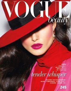 Magazine Cover: Blanca Padilla by Enrique Vega for Vogue Taiwan November Vogue Magazine Covers, Fashion Magazine Cover, Vogue Covers, Fashion Photography Poses, Beauty Photography, Nostalgia Photography, Vogue Beauty, Fashion Beauty, Women's Beauty