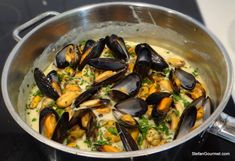 Mussels with Blue Cheese (Moules au Roquefort) Greek Recipes, Fish Recipes, Seafood Recipes, Gourmet Recipes, Appetizer Recipes, Cooking Recipes, Appetizers, Delicious Recipes, Keto Recipes