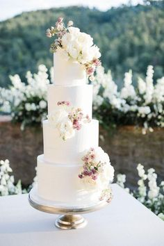 Five tier classic white wedding cake decorated with pink and white flowers | #weddingcake #cakeideas #weddingcakeideas #cakes #weddingcakes