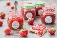 selbstgemachte Erdbeer-Rhabarber-Marmelade mit Vanille, abgefüllt in Gläser von Depot und beklebt mit Etiketten