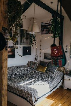 Bohemian Bedroom Decor be Dorm Room Decor Ideas Bedroom bedroomdecorideas bohemian decor DIY Homedecormodern Hippy Room, Bohemian Bedroom Decor, Hippie House Decor, Hippie Bedrooms, Bohemian Room, Indie Room, Room Ideas Bedroom, Bed Room, Diy Bedroom
