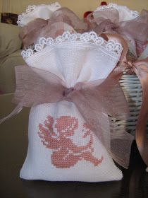 Crocette e ancora crocette. Lavender Sachets, Lavander, Gift Bags, Needlepoint, Wedding Favors, Christmas Stockings, Cross Stitch, Diy Projects, Baby Shower