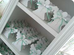 Caixinhas em formato de anjinho com mini terço. Ideal para lembrancinhas de batizado e 1ª comunhão. <br> <br>- Feito em papel gramatura 180g (papel perolado, nas cores: branco, creme, rosa ou prata); <br>- Cabe 1 trufa ou bombom; <br>- Laço duplo podendo ser 1 ou 2 cores <br>- Mini terço (branco, rosa, amarelo ou azul) <br> <br>Pode ser feito em outras cores ou com papel estampado (consulte valor para cada tipo de papel) <br> <br>***Consulte prazo de produção