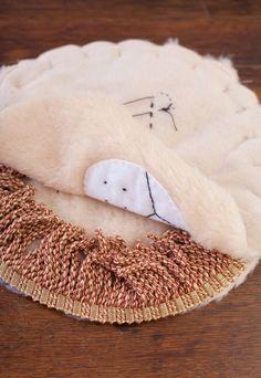 Você pode fazer um lindo tapete de leão infantil para o quarto de sua criança. E não pense que é tão difícil fazer esta ...