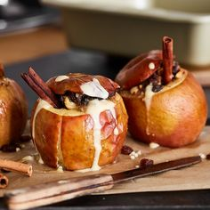 With a seductively fragrant filling of nuts, marzipan and raisins, the baked apples are simply an absolute must for all connoisseurs in the cold season - especially with homemade, warm vanilla sauce. Slow Cooker Recipes, Low Carb Recipes, Baking Recipes, Porc Au Caramel, Guisado, Vanilla Sauce, Vegetable Drinks, Baked Apples, Carne Asada