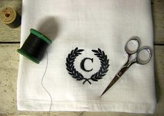 laurel wreath towel - monogram - tea towel - personalized - monogrammed - embroidered on Etsy, 7,37 €