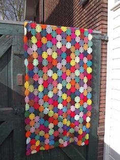 A van Atelier VerMaak: Restjes katoen - the end) --- great for yarn scraps! Crochet Cross, Crochet Motif, Diy Crochet, Crochet Designs, Crochet Afghans, Crochet Flower, Crochet Blankets, Yarn Crafts, Sewing Crafts