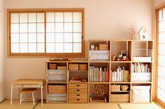 子どもの成長に合わせて上に3つ足したところ。元々ある窓を避け、お部屋にフィットしていますね。中もPPケースやかごを使い、無駄なくおもちゃや本を収納しています。