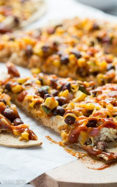 Skinny BBQ Chicken Flatbread: Try this delicious pizza-style dinner tonight!