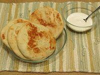 AREPAS ANDINAS Les dejo la forma en que aprendí a elaborarlas de mi suegra Gisela, quien las hacia muy seguido para su familia. Receta adaptada por Maria A. Brito.  Para unas 5 arepas grandes: 2 Tazas de harina de trigo ¼ Cucharadita de bicarbonato de soda 1 Cucharadita de sal 2 Cucharaditas de azúcar 1 Huevo, ligeramente batido 3 Cucharadas de mantequilla suavizada ½ Taza de leche, a temperatura ambiente