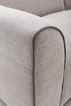 Bank Adore 2,5 zits is een eigentijds meubel van doordacht design met ranke, Italiaanse invloeden. De fraaie katjesgrijze stof in…