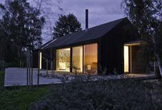 Black + Bright House, Møn, Denemarken Hotel Black + Bright House ligt op zo'n twee uur van Kopenhagen, vlakbij Råbylille beach, op 300m van de zee. Het hotel kijkt uit op witte kliffen en uitgestrekte zandstranden en wordt omgeven door bosrijk gebied. Dit designhotel werd ontworpen door de Duitse architect Jan Henrik Jansen. Het herbergt drie slaapkamers, twee badkamers, een sauna en een terras met buitendouche. Je kan er met 8 genieten van het Deense, romantische landschap…