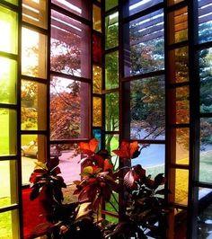 Fotos de un ejemplo de fachada con grandes ventanas de vidrios de colores, a modo de vidrieras. Edificio de la Ethical Society (Missouri).