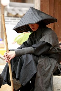 Asian Man Wearing Black Robes and a Asian Conical Hat - Traveler - Ninja Art Reference Poses, Photo Reference, Drawing Reference, Korean Traditional, Traditional Outfits, Kwak Dong Yeon, Moonlight Drawn By Clouds, Korean Hanbok, L5r
