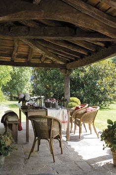 00310497. Comedor en el porche con sillas de fibras y banco y silla de madera_00310497