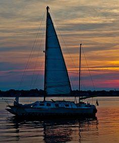 Se laisser bercer par le bruits des #vagues.  #sunset #boat #sailing #sea