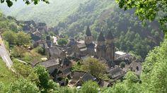 Conques FRANCE Étape sur le chemin de Saint-Jacques-de-Compostelle, le village de Conques, dans l'Aveyron, est célèbre pour son église romane du 12e siècle.Équipement utilisé: DJI Phantom, caméra Sony Nex5