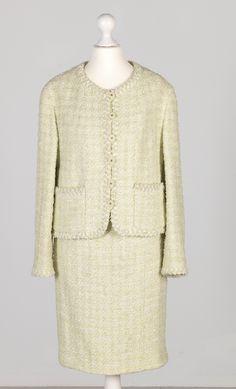 Chanel Auktion Lot 2: Chanel Kostüm, 1990er Jahre, maigrün und crème gemusterter Stoff, deutsche Größe 38/40. Mehr Informationen auf der Website.