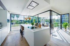 Hoek in glazen wand erg chique. Is dit haalbaar bij ons? Home Building Design, Building A House, Casa Patio, House Extensions, Minimalist Kitchen, Küchen Design, Interior Design Kitchen, Home Renovation, Home Kitchens