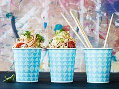 Täysjyvänuudeleista ja grillatusta broilerista valmistuu pikaisesti ruokaisa salaatti, joka maistuu myös jääkaappikylmänä. Tämän teinikin jaksaa tehdä! Recipes, Food, Recipies, Essen, Meals, Ripped Recipes, Yemek, Cooking Recipes, Eten