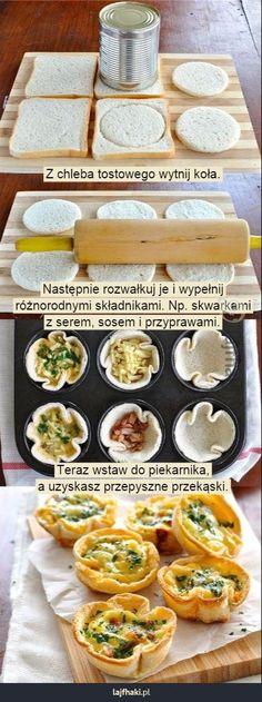 Pomysł na przekąskę imprezową - Z chleba tostowego wytnij koła.       Następnie rozwałkuj je i wypełnij różnorodnymi składnikami. Np. skwarkami z serem, sosem i przyprawami.         Teraz wstaw do piekarnika, a uzyskasz przepyszne przekąski.