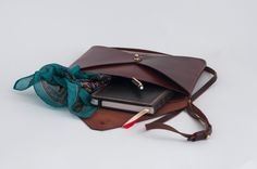 Leather bag. Wallet rembable strap. Ludena bag. Leather wallet with a buttón gold color, Mens and woman are wallet for documents, tablet...