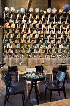 En esta cafetería en Atenas (Grecia), los libros son tan importantes como el buen café. ;)