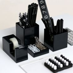 Ideas to give your school things a black touch black desk Black Office, Black Desk, Cool Office Supplies, School Supplies, Apartment Office, Stationary School, Minimalist Office, Deco Originale, White Desks