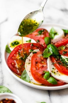 Basil Oil Recipe –SO good you'll want to drink it! - Skinnytaste Basil Recipes, Salad Recipes, Ensalada Caprese, Caprese Salad, Basil Oil, Basil Pesto, Clean Eating, Healthy Eating, Healthy Food