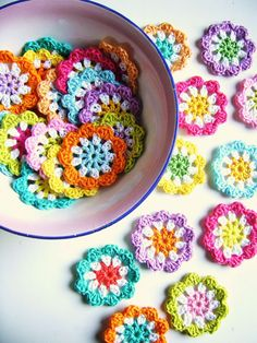 Silly Old Suitcase: DIY: crochet a mini flower garland in bright colours.Ook in het Nederlands frisse kleuren en witte haakkatoen schaar haaknaald 3 you need…Crochet Granny Flowers for a garland. I am so excited to make this craft project, it will Appliques Au Crochet, Crochet Motifs, Crochet Flower Patterns, Crochet Squares, Crochet Flowers, Knitting Patterns, Granny Squares, Crochet Diy, Crochet Garland