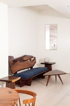 An interior with George Nakashima´s furniture (1950s-1960s). / northernspy
