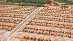 """Casas impressas em 3D. Casas pré-fabricadas. Casas """"open-source"""". Minha Casa, Minha Vida. São inúmerasas soluções, de panaceias tecnológicas a programas governamentais, que vislumbram resolver o déficit de moradia construindo casas. O problema dessa estratégia é que a escassez em moradia não são casas, mas sim apartamentos. A casa, ou residência unifamiliar, é uma solução arquitetônica..."""
