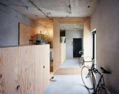 Setagaya Flat is a minimalist house located in Tokyo, Japan, designed by Naruse Inokuma Architects. The architects decided to leave the wall. Plywood Interior, Wood Interior Design, Interior And Exterior, Interior Decorating, Decorating Ideas, Interior Minimalista, Minimalist Interior, Minimalist Home, Suppose Design Office