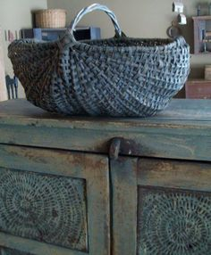 Great basket and blue pie safe Old Baskets, Vintage Baskets, Wicker Baskets, Woven Baskets, Love Blue, Blue And White, Deco Champetre, Country Blue, Country Farm