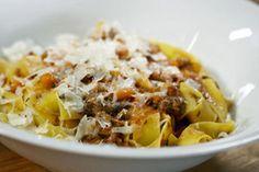 Tim Mälzer and the world's best spaghetti Bolognese Best Spaghetti, Baked Spaghetti, Spaghetti And Meatballs, Pork Recipes, Pasta Recipes, Cooking Recipes, Ragu Bolognese, Beste Bolognese, Pork Hock