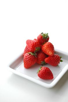 Find images and videos about girl, food and fruit on We Heart It - the app to get lost in what you love. Strawberry Hill, Strawberry Patch, Strawberry Fields, Pineapple Lemonade, Red Jewel, Fruit Photography, Red Fruit, Fruits And Vegetables, Strawberries
