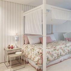 quarto de menina com dossel. a cama parece de casal, com ares de sofá