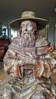 Imposant, zeer fraai gestoken houten beeld baardige man met boek, zittend op een bankje - mogelijk Johannes Calvijn - 17e eeuw