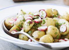 Nye danske kartofler er jo en skøn spise i sig selv, men prøv også at vende dem i en mild olie-eddike-dressing med masser af frisk løvstikke. Det er enkelt og godt tilbehør til både kød og fisk