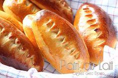 Voici des petits pains au lait moelleux et légers. Cette recette facile et rapide maison donne des pains gourmands. Des ingrédients simples pour un gouter Hot Dog Buns, Hot Dogs, How To Make Bread, Bread Making, Beignets, Croissant, Biscuits, Deserts, Food Porn
