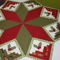 Patchwork navidad mesa 64 New Ideas Christmas Sewing, Noel Christmas, Christmas Projects, Xmas Tree Skirts, Christmas Tree Skirts Patterns, Quilted Ornaments, Xmas Ornaments, Christmas Table Cloth, Tree Quilt