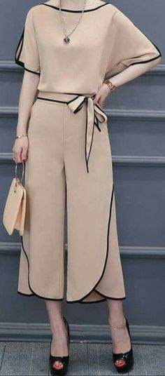 I love the contour black piping on this outfit Blouse En Lin, Hijab Fashion, Fashion Dresses, Mode Hijab, Western Dresses, Mode Style, Dress Patterns, Blouse Designs, Dress To Impress